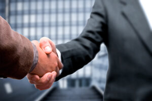 Foto af to der giver hånd til hinanden