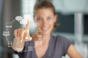 Foto af person der bruger futuristisk touch skærm